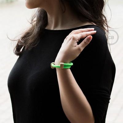 Kreatívny - náramok z fluo zelenej textílie RF06. Drevené posuvné upevnenie.