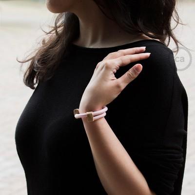 Kreatívny - náramok z ružovej textílie RM16. Drevené posuvné upevnenie.