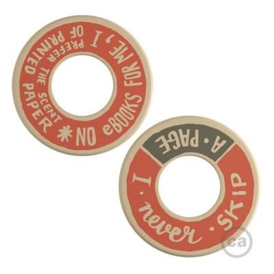 MINI-UFO: obojstranný drevený disk z kolekcie READING BALLSH*T s motívom PAGE + SCENT OF PAPER