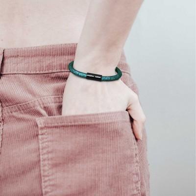 Náramok s matnou čiernou magnetickou sponou a káblom RM33 - smaragdový
