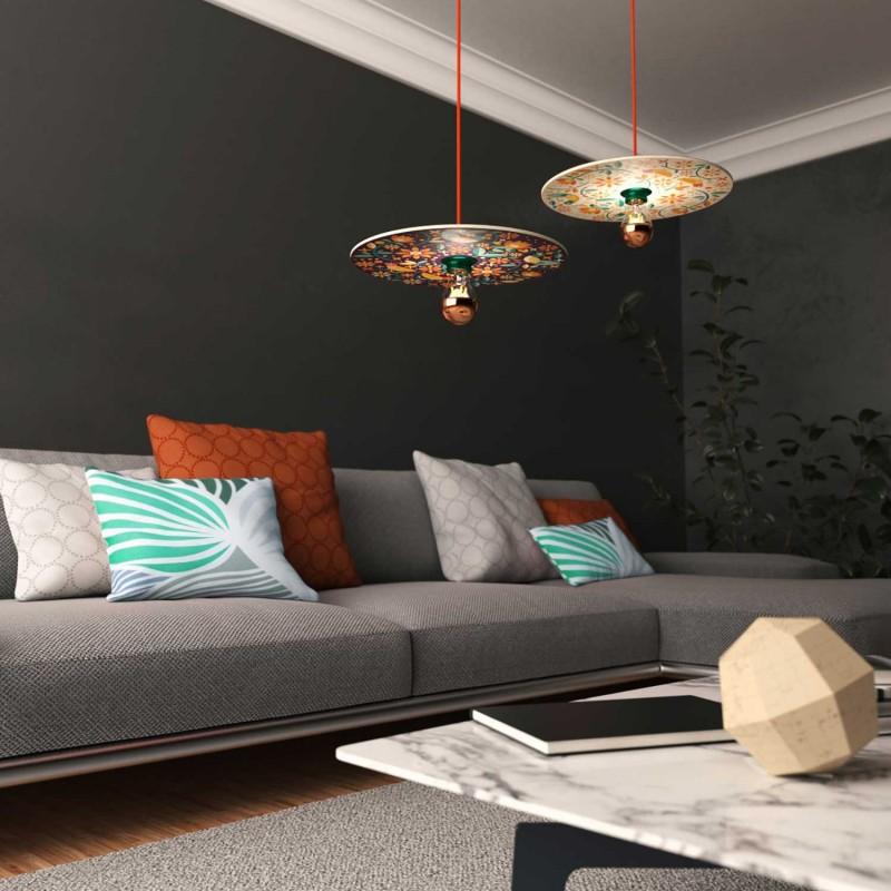 Závesná lampa s textilným káblom, obojstranným dreveným tienidlom a kovovými detailmi – Vyrobená v Taliansku